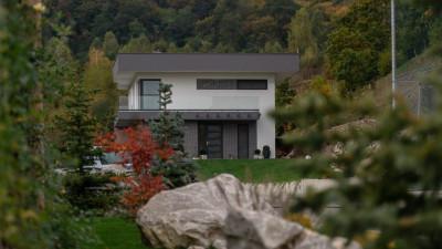 Proprietate DEOSEBITA | teren 5000 mp | Casa 300 mp | 3 garaje | zona Verde !